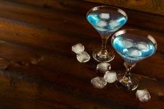 Cocktail blu con ghiaccio, spazio della copia Immagini Stock Libere da Diritti