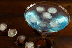 Cocktail blu con ghiaccio, vista superiore Immagini Stock