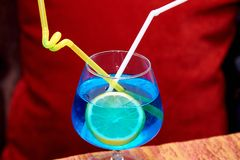 Cocktail blu con il limone Immagine Stock