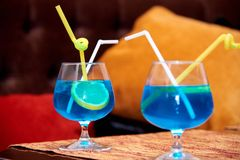 Cocktail blu con il limone Fotografia Stock