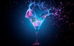 Cocktail blu con la spruzzatura dell'acqua Fotografie Stock