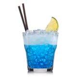 Cocktail blu del curacao con la ciliegia isolata su fondo bianco Fotografia Stock Libera da Diritti
