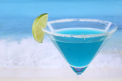 Cocktail blu del Curacao sulla spiaggia con copyspace immagine stock libera da diritti