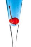 Cocktail blu dell'alcool di Champagne con maraschino Fotografia Stock Libera da Diritti