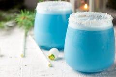 Cocktail blu di Natale del curacao sulla tavola di festa decorata Natale fotografia stock