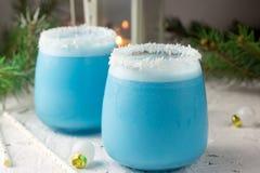 Cocktail blu di Natale del curacao sulla tavola di festa decorata Natale immagine stock libera da diritti