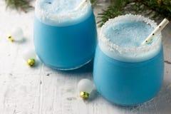 Cocktail blu di Natale del curacao sulla tavola di festa decorata Natale fotografia stock libera da diritti