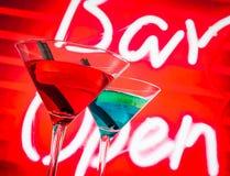Cocktail blu e rosso con il fondo al neon di parola della barra con spazio per testo Fotografie Stock Libere da Diritti