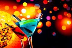 Cocktail blu e rosso con il fondo scintillante della palla della discoteca con spazio per testo Fotografia Stock Libera da Diritti
