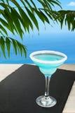 Cocktail blu sulla spiaggia tropicale Fotografia Stock Libera da Diritti