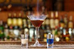 Cocktail brûlant sur la base de sambuka et de liqueurs image libre de droits