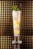 Cocktail branco do limão no vidro alto fotos de stock