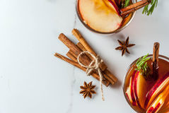 Cocktail caldo con la mela, rosmarino, cannella fotografie stock libere da diritti