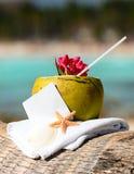 Cocktail caraibico delle noci di cocco della spiaggia di paradiso Fotografia Stock