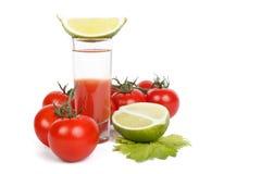 Cocktail, chaux et groupe de bloody mary de tomates au-dessus de blanc Images stock