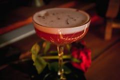Cocktail chic de club de trèfle, avec la rose à côté de elle photos stock