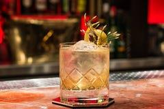 Cocktail clair avec le grand glaçon Image libre de droits