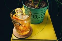Cocktail classico antiquato in di cristallo Fotografia Stock