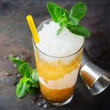 Cocktail classique de julep en bon état avec le bourbon et la glace images stock