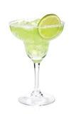 Cocktail classique de margarita avec la tranche de chaux et la jante salée Images stock