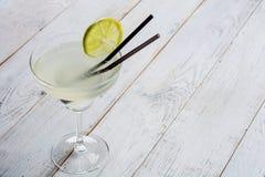 Cocktail classique de margarita de chaux avec les chaux découpées en tranches sur le fond en bois Image stock