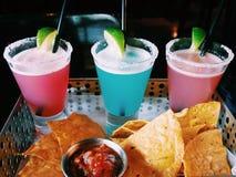 Cocktail coloré avec le Nacho Images stock