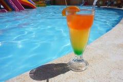 Cocktail coloré près de la piscine Image stock