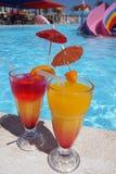 Cocktail coloré près de la piscine Photos stock