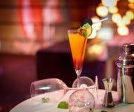 Cocktail coloré sur la barre Photo stock