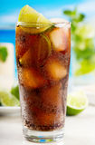 Cocktail com cal e cola Foto de Stock