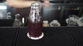 Cocktail com cal e hortelã no vidro filme