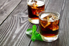 Cocktail com cola e hortelã Fotografia de Stock