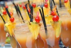 Cocktail com fatias de abacaxis foto de stock