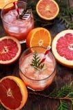 Cocktail com fatias de toranja em um fundo de turquesa Toranja martini Imagem de Stock Royalty Free
