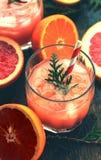 Cocktail com fatias de toranja em um fundo de turquesa Toranja martini Imagem de Stock