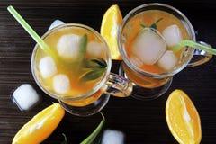 Cocktail com fruto e gelo imagens de stock royalty free
