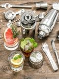 Cocktail com frutos e gelo Ferramentas da bebida da barra fotografia de stock royalty free
