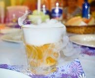Cocktail com fumo do gelo seco O conceito do projeto, clube, barra Fumo Preparando um cocktail com gelo seco fotos de stock