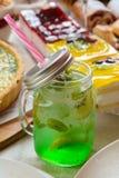 Cocktail com hortelã e quivi Fotos de Stock