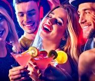 Cocktail com os povos do grupo que dançam e o cocktail da bebida fotos de stock