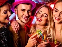 Cocktail com os povos do grupo que dançam e o cocktail da bebida imagens de stock royalty free