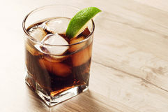 Cocktail con cola e ghiaccio Immagine Stock