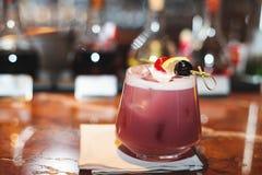cocktail con ghiaccio sul ristorante della barra Immagini Stock