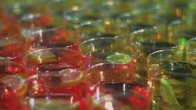 Cocktail con i pezzi della limetta e del limone Bevande non alcoliche con la frutta fresca stock footage