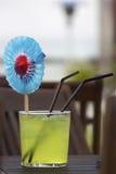 Cocktail con il fiore di carta Fotografie Stock