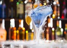 Cocktail con il vapore del ghiaccio sullo scrittorio della barra Immagini Stock Libere da Diritti