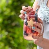 Cocktail con la fragola, il mirtillo e la mela Immagini Stock Libere da Diritti