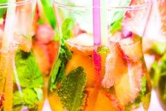 Cocktail con la menta, le fragole e le bolle fotografie stock libere da diritti