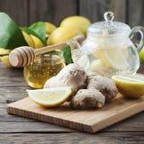 Cocktail con lo zenzero, il limone ed il miele sulla tavola di legno immagine stock