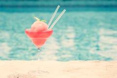 Cocktail congelado do margarita da morango na borda de um poo do recurso Foto de Stock Royalty Free